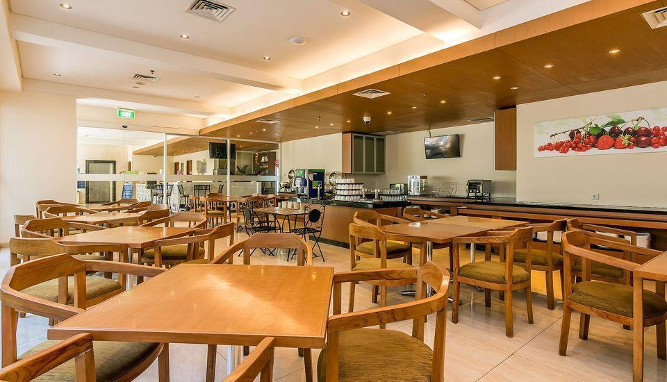 ZenRooms Holiday Inn Kuta Square - Restoran