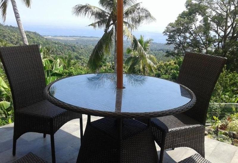 Banana Villa Retreat Bali - Kursi dan meja