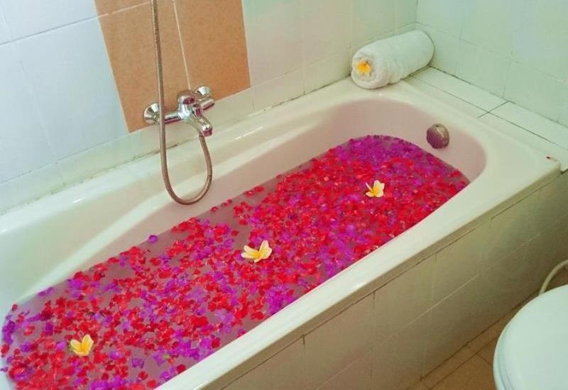 Agus Beach Inn Bali - Bathtub only deluxe