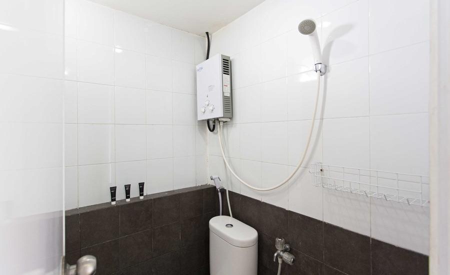 RedDoorz Apartment @Green Pramuka Jakarta - Kamar mandi