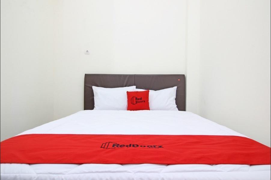 RedDoorz Plus near Rumah Sakit JIH Yogyakarta - Guestroom