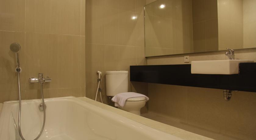 The Sun Hotel Madiun - bath tub