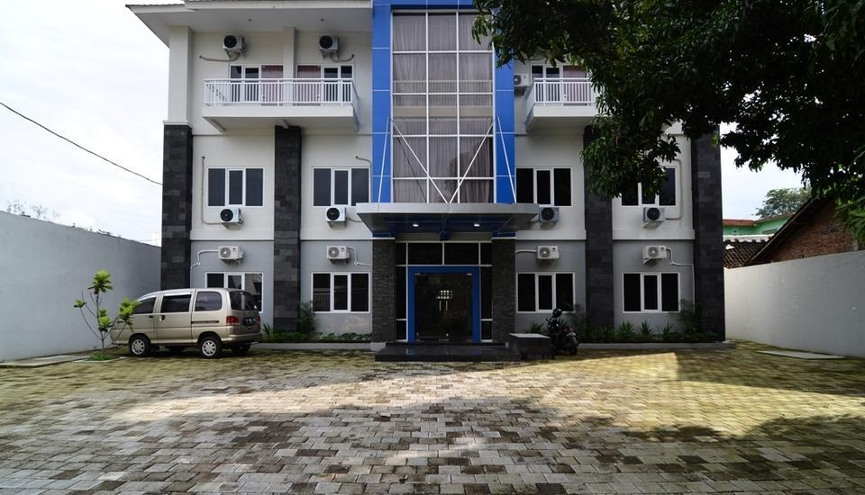 RedDoorz Plus near Museum Keraton Surakarta Solo - Eksterior