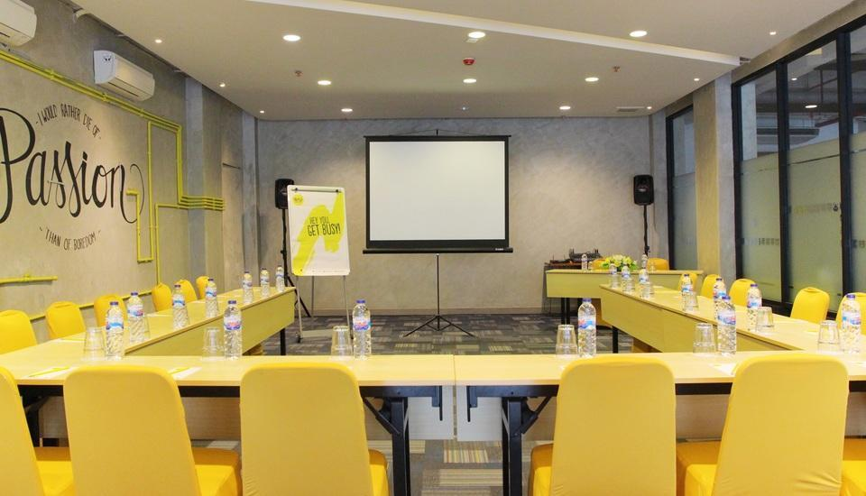 Yello Hotel Jemursari - Yello Meeting Room