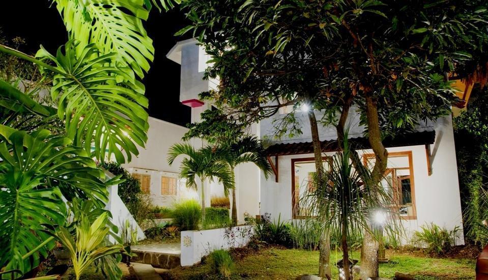 Villa Family Hotel Gradia Malang - Night Garden