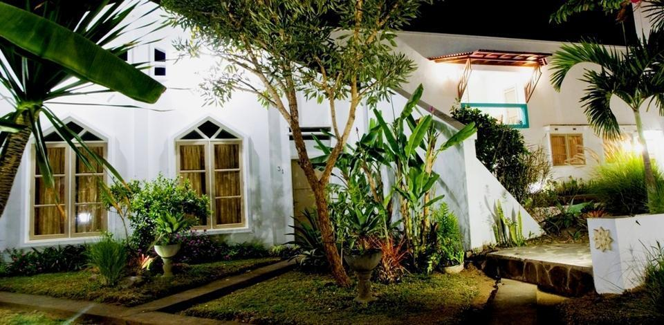 Villa Family Hotel Gradia Malang - Garden night view