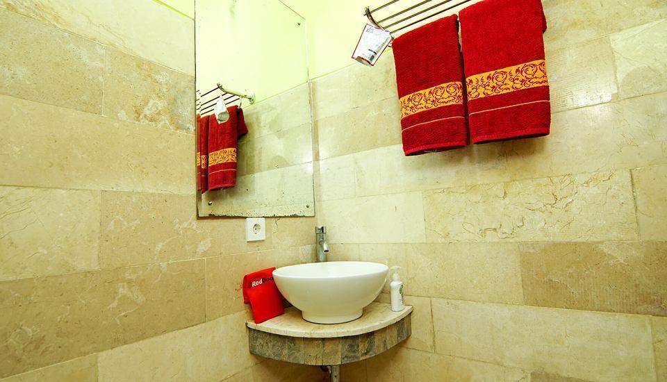 RedDoorz Plus @ Patimura Legian Bali - Kamar mandi