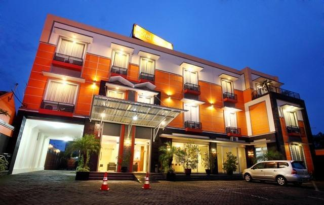 Hotel Aryuka Yogyakarta - parking area