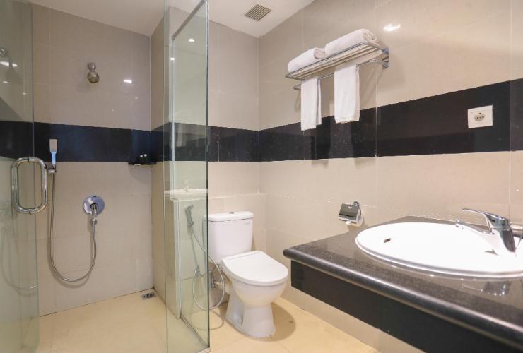 D Maleo Hotel Makassar - Bathroom