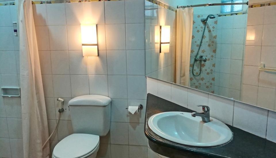 The Batu Villas Malang - 4 Bedroom Villa bathroom
