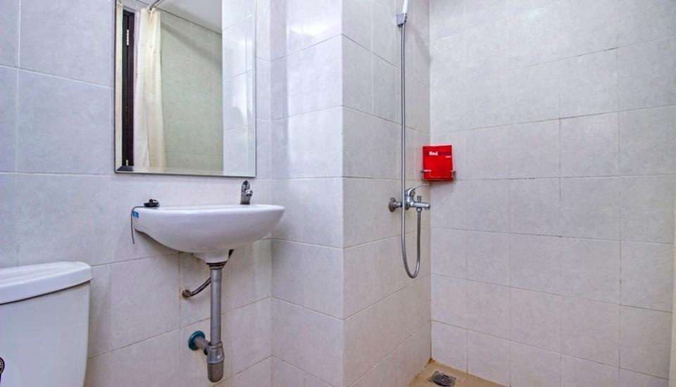 RedDoorz @Cibogo Bawah Bandung - Bathroom
