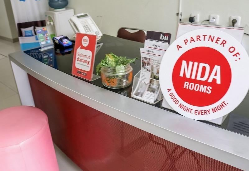 NIDA Rooms Surya Samantri Coblong - Resepsionis