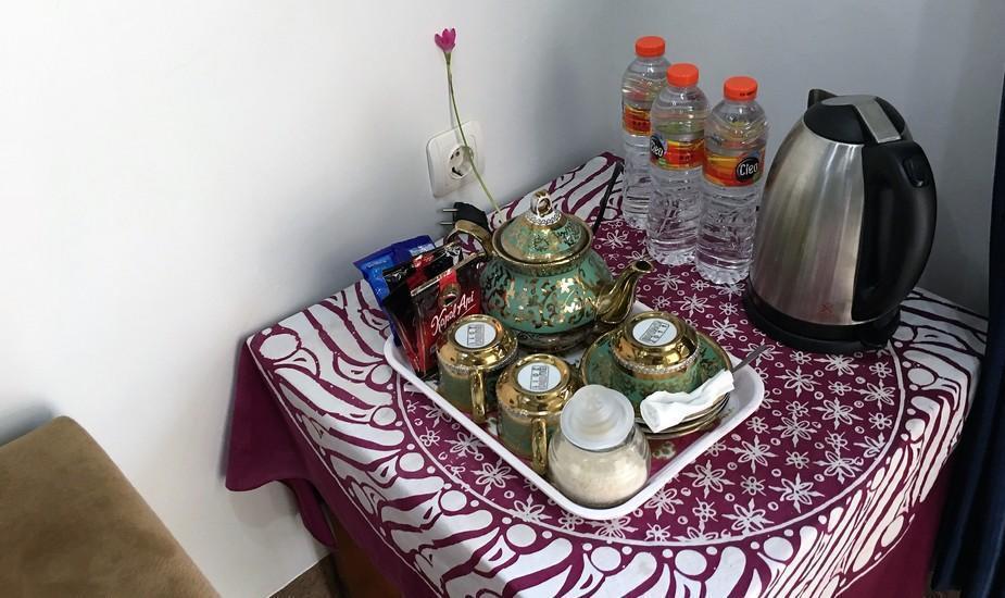 Ahlen Pangandaran - kopi the gula dan kettle pemanas di setiap room
