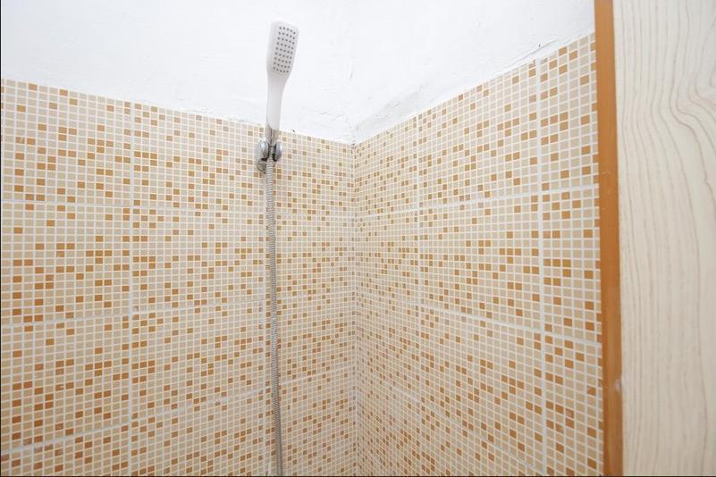RedDoorz near Universitas Pelita Harapan Karawaci Tangerang - Bathroom