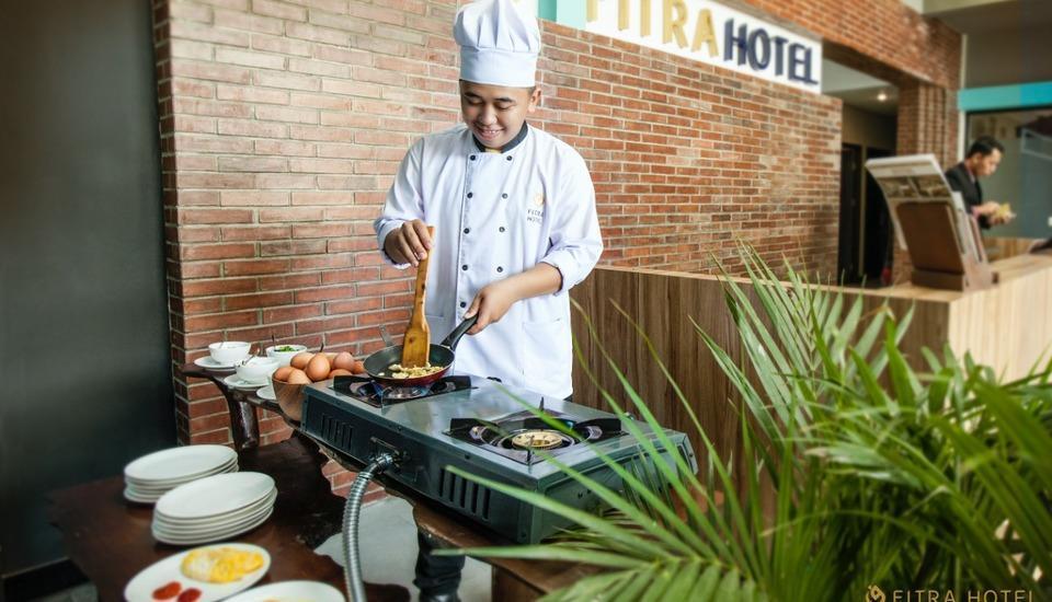 FITRA Hotel Majalengka Majalengka - chef sedang ber aksi