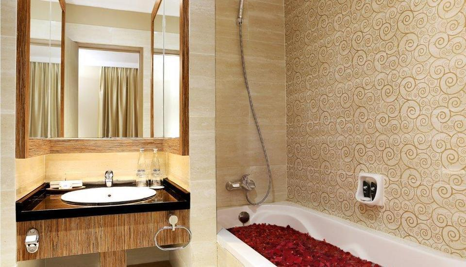 Rivavi Kuta Beach Hotel Bali - Diamond Suite Bath