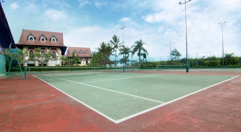 Royal Orchids Garden Hotel Malang - lapangan tenis