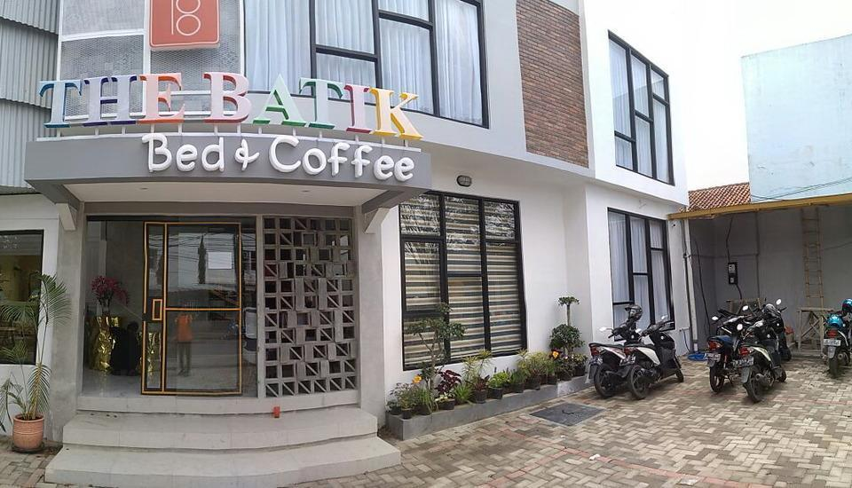 The Batik Bed & Coffee Bandung - area depan hotel