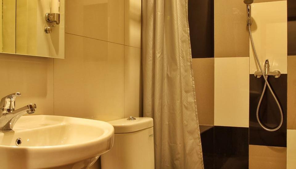 Deivan Hotel Padang - Bathroom