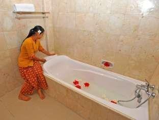 Swastika Bungalows Bali - Bathtub