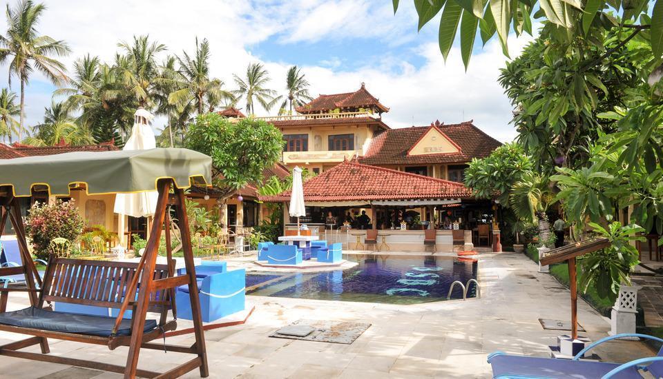 The Bali Shangrila Beach Club Bali - kolam di sekitarnya