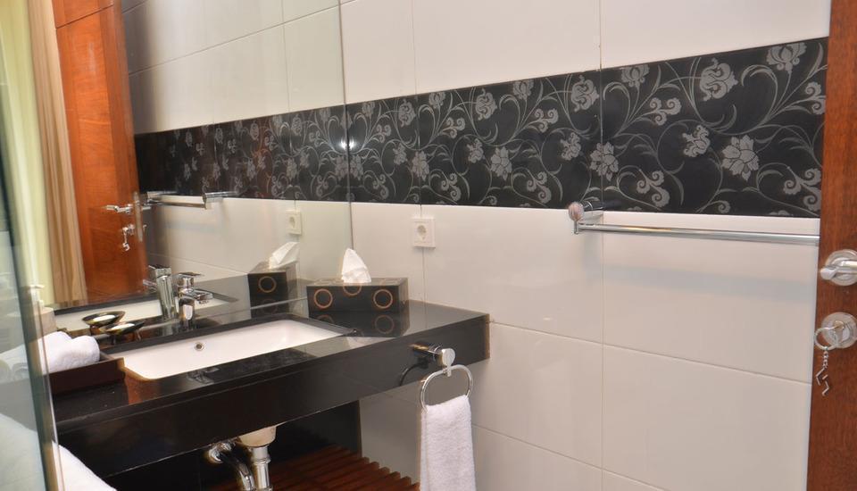 3 BR With Pool Villa Dago City Views Bandung - Bathroom