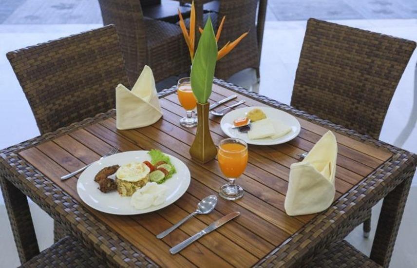Dormitory Tourism Mirah Banyuwangi Banyuwangi - Dining Table