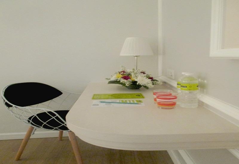 MaxOneHotels Glodok - Warmth Writing Desk