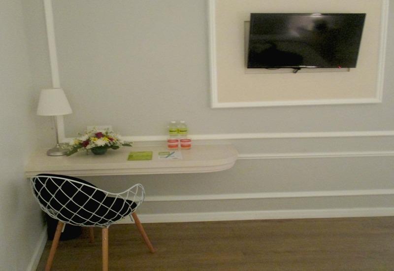 MaxOneHotels Glodok - TV & Writing Desk (Warmth)