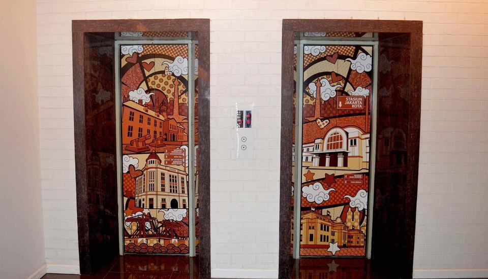 MaxOneHotels Glodok - Lift Kami dengan desain seni POP oleh Romero Britto