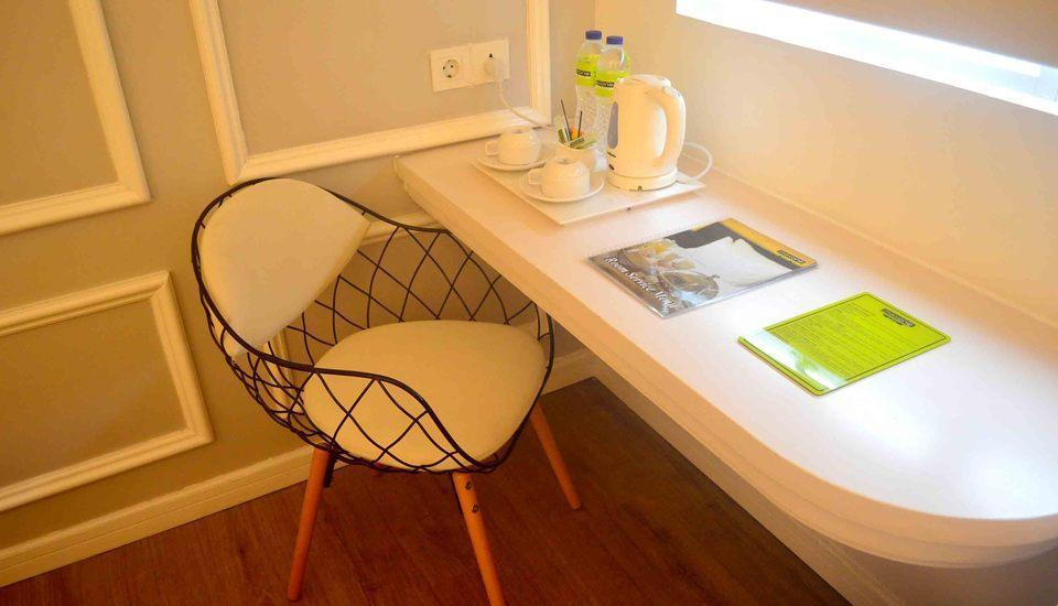 MaxOneHotels Glodok - Writting Desk