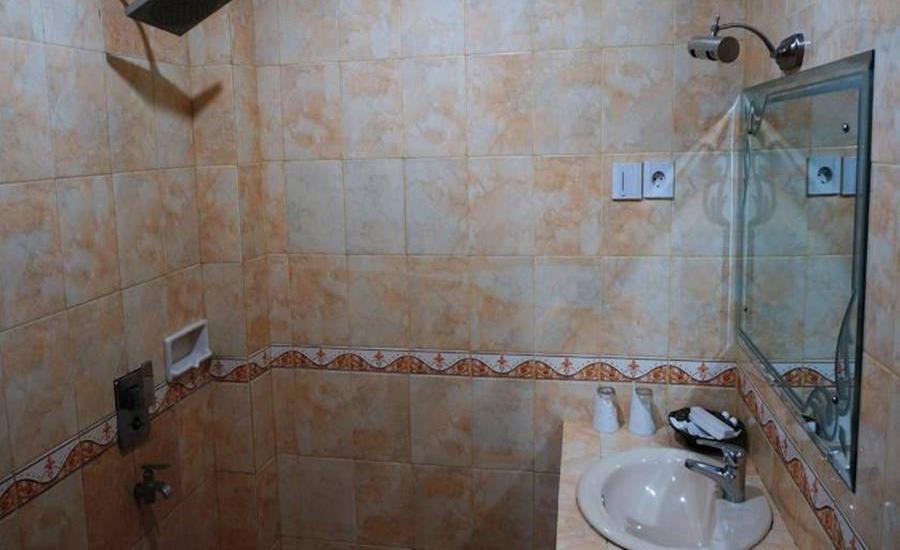 Edotel Minangkabau Padang - Kamar mandi