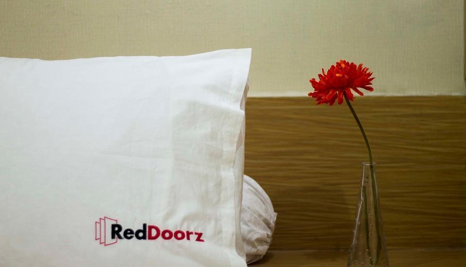 RedDoorz near Gondangdia Station Jakarta - Kamar tamu
