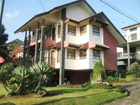 Villa Istana Bunga 4 Bedrooms Bandung - Villa Husen