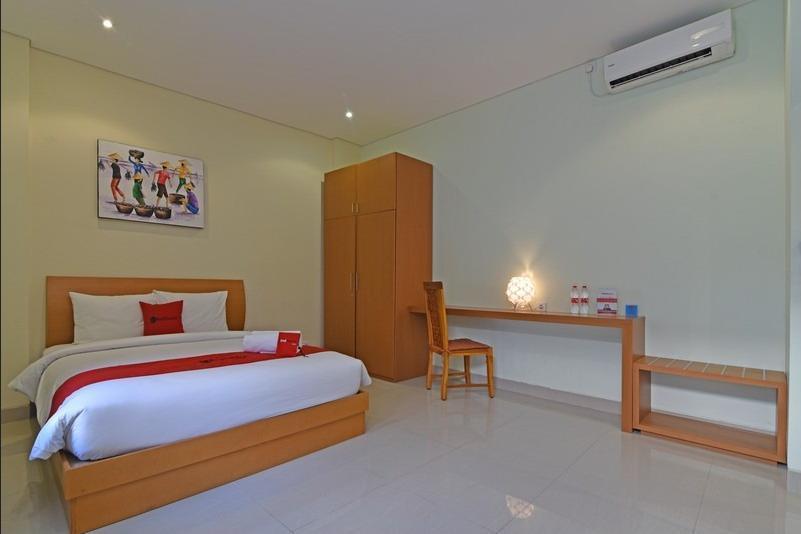 RedDoorz Plus @ Mahendradatta Denpasar Bali - Kamar Tamu