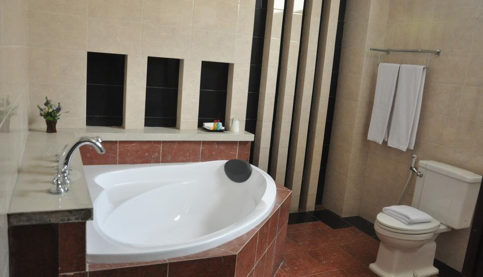 Riez Palace Hotel Tegal - Bathtub