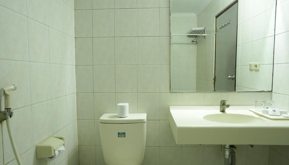 RedDoorz @Raya Pantai Kuta Bali - Kamar mandi