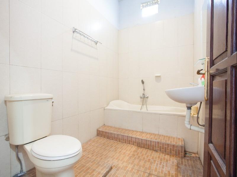 RedDoorz near Plaza Araya Malang - Bathroom