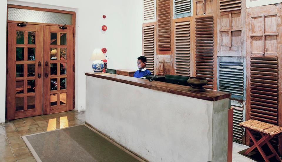 Adhisthana Hotel Yogyakarta - Receptionist Desk