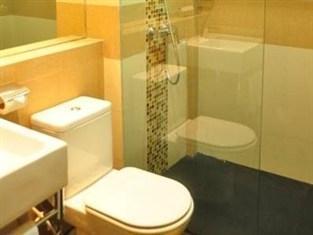 Prime Royal Hotel Surabaya - bathRooms