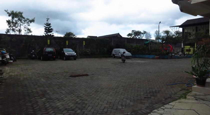 Bunga Matahari Guest House Malang - Parkir