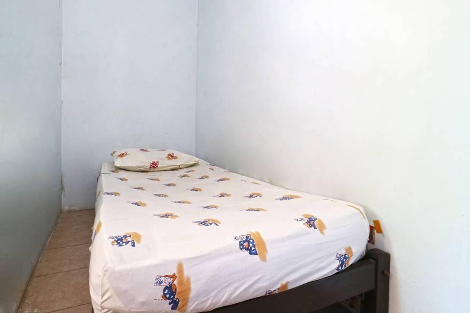 Da Rifi Hostel Surabaya - Single Bedroom