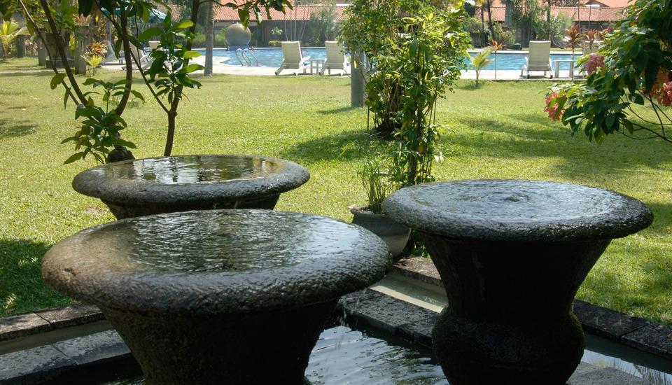 Singgasana Hotel Surabaya - Water Fountain