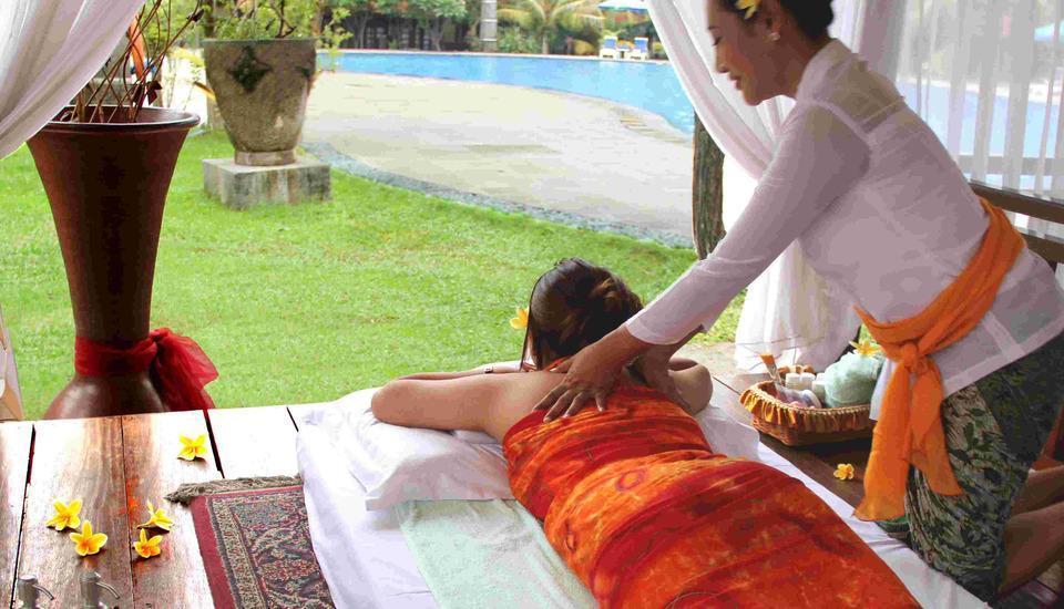 Singgasana Hotel Surabaya - Pijat tersedia di samping kolam renang