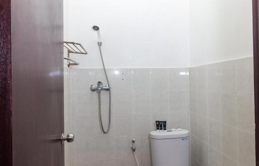 RedDoorz @ Bunut Sari Legian Bali - Kamar mandi