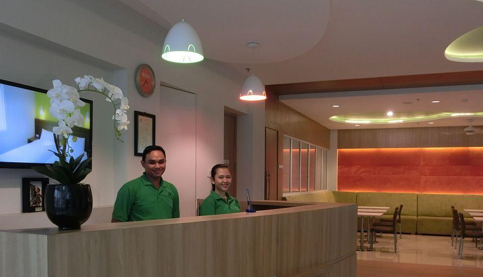 IZI Hotel Bogor - Receptionist