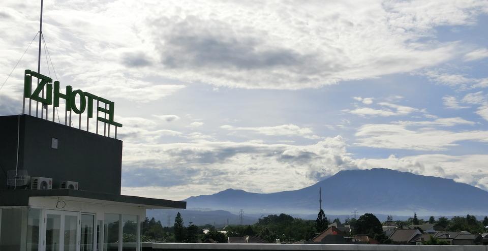 IZI Hotel Bogor - Pemandangan gunung dari atap IZI