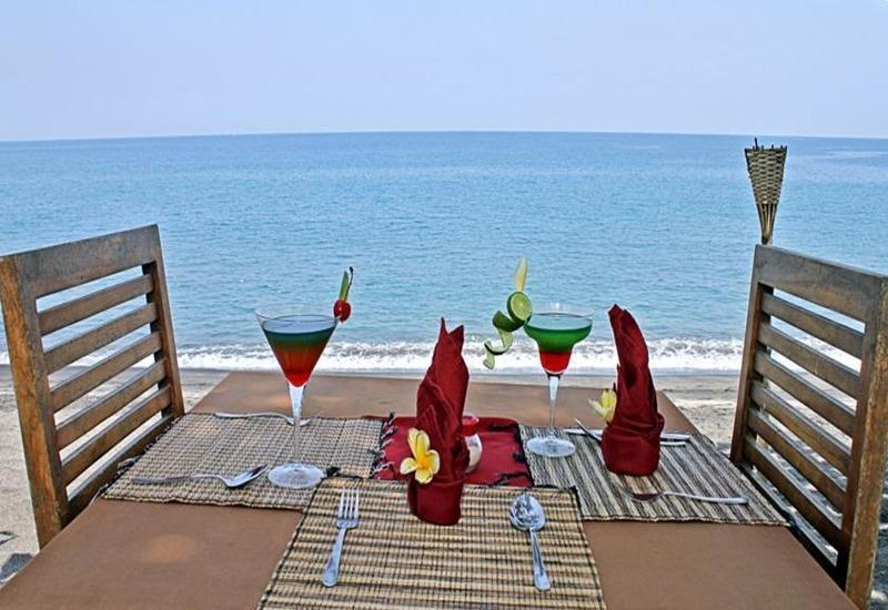 Jo Je Bungalow   - Meja makan di pantai