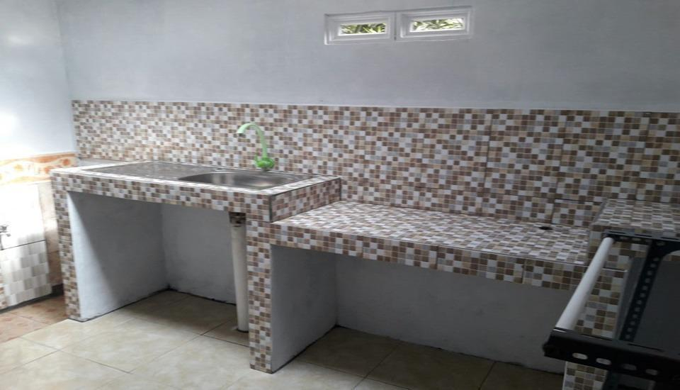 Dahlia Asri Homestay And Guest House Purwakarta - Kitchen
