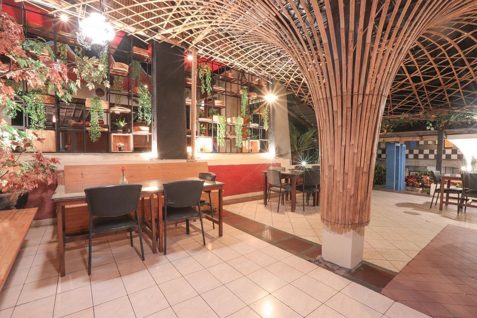 OYO 243 The Village Bumi Kedamaian Bogor - Restaurant